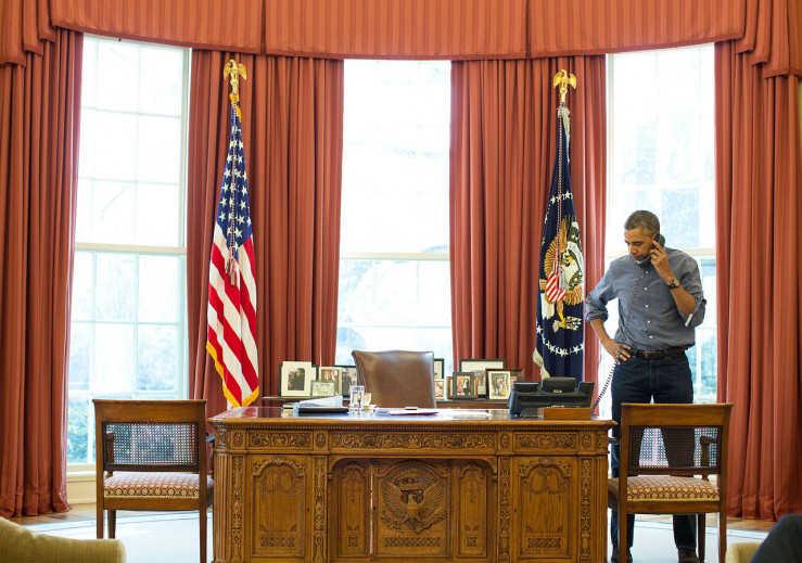 Presiden Barack Obama berbicara di telepon di Kantor Oval dengan Presiden Rusia Vladimir Putin perihal situasi di Ukraina, 1 Maret 2014. (Pete Souza/Gedung Putih)