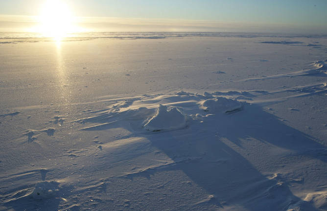 Teritori perawan. Mentari terbit di atas medan tempur sumber daya alam Arktik. (NOAA Photo Library, CC BY)