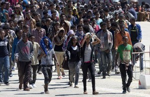 Migran turun dari sebuah kapal di Italia. Ini digembar-gemborkan sebagai krisis Suriah, padahal kelihatannya seperti undangan terbuka untuk Muslim manapun yang ingin menginvasi. Dan di mana kaum wanita mereka?
