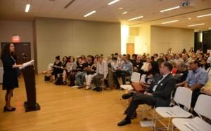 Rabbi Jennie Rosenn, wakil presiden partisipasi masyarakat HIAS, berceramah dalam pertemuan.