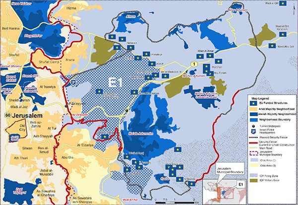 "Peta Regavim berisi pemukiman yang dibiayai UE—ditandai dengan bintang kuning di dalam persegi biru. Perhatikan, mereka semua ada di dalam wilayah Palestina. Perhatikan juga, pemukiman Yahudi yang jelas-jelas ilegal di dalam wilayah Palestina, dan juga rute ""Tembok Pemisah"" (dalam garis merah putus-putus) yang jelas-jelas dirancang untuk mencuri tanah Palestina secara de facto."