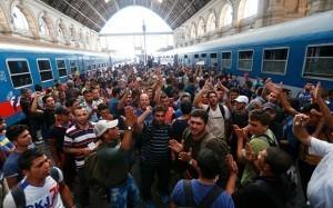 Stasiun Kereta Budapest. Kenapa mereka meninggalkan kaum wanita mereka di zona perang?