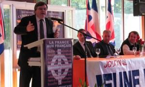 Fabrice Bourbon berceramah di sebuah pertemuan di Prancis.